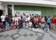 Penggagas Rumah Sains Indonesia Agustino Zulys berfoto bersama sejumlah peserta usai memberikan materi dasar kimia kepada siswa peserta dalam Republika Fun Science di Kantor Republika, Jakarta, Sabtu (13/5).