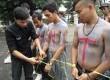 Pengguntingan ikatan sebagi simbol merdekanya Banten dari dinasti politik Ratu Atut pada aksi peduli Banten di depan Gedung Sate, Bandung, Kamis (19/12).   (Republika/Edi Yusuf)