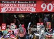 Pengunjung melihat koleksi pakaian saat digelar potongan harga di pusat perbelanjaan, Jakarta, Kamis (29\12). Memasuki akhir tahun sejumlah tempat belanja memberikan diskon besar-besaran untuk menarik pembeli.