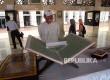 Pengunjung melihat pameran yang digelar di selasar utama Masjid Istiqlal, Jakarta, Rabu (22/2)