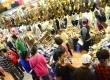 Pengunjung memadati kios-kios alas kaki di Pasar Baru Kota Bandung, Selasa (6/6). Saat Ramadhan dan mejelang Idul Fitri, salah satu sentra pakaian terbesar di Indonesia ini selalu ramai pengunjung