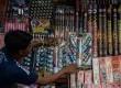 Penjual kembang api menata produk kembang api dagangannya di Jalan Jenderal Basuki Rachmat, Pasar Gembrong, Jakarta Timur, Senin (28/12). (Republika/Yasin Habibi)