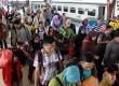 Penumpang kereta api Fajar Utama Semarang tiba di Stasiun Pasar Senen, Jakarta, Kamis (7/8). (Republika/ Yasin Habibi)