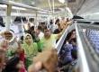 Penumpang memadati gerbong KRL jurusan Stasiun Tanah Abang di Jakarta, Senin (24/6).   (Antara/Wahyu Putro)