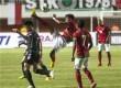 Pesepakbola Timnas U23 Indonesia, Alfin Ismail (tengah), melakukan tendangan salto dalam pertandingan persahabatan melawan Timnas U23 Brunei Darussalam di Stadion Maguwoharjo, Sleman, Yogyakarta, Kamis (15/8).