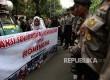 Peserta aksi dari Aliansi Anak Bangsa untuk Kemanusiaan melakukan aksi di depan Gedung Duta Besar Myanmar, Jakarta, Selasa (5/9).