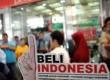 Peserta unjuk rasa membawa sticker ajakan membeli produk Indonesia di Pasar Tanah Abang Blok A, Jakarta, Kamis (1/3). (Republika/Wihdan Hidayat)
