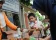 Petugas Badan Pengawas Obat dan Makanan (BPOM) memeriksa makanan (jajanan) yang dijual di lingkungan sekolah, Kampung Bali, Jakarta Pusat, Rabu (14/3). (Republika/Aditya)