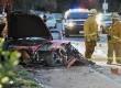 Petugas berada di lokasi mobil Porsche yang hancur menabrak tiang lampu di Hercules Street, Valencia, California,  Sabtu (30/11) waktu setempat.  (AP)