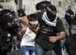 Petugas keamanan menangkap remaja Palestina.