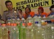 Petugas kepolisian membeberkan hasil tangkapan miras oplosan di Madiun (ilustrasi).