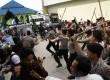 Petugas kepolisian memukul mundur pengunjukrasa yang ingin menguasai kantor RRI di halaman kantor Radio Republik Indonesia (RRI) di Pekanbaru, Riau,