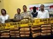 Petugas kepolisian sektor Cilandak menunjukan barang bukti dan tersangka pada rilis tindak pidana menjual dan mengedarkan narkotika jenis Ganja di Polsek Cilandak, Jakarta Selatan, Senin (10/6).  (Republika/Prayogi)