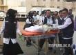 Petugas kesehatan membawa jamaah sakit ke Klinik Kesehatan Haji Indonesia (KKHI) di Madinah, Arab Saudi, Ahad (6/8).