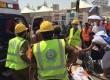 Petugas medis menolong jamaah haji yang menjadi korban insiden Mina.