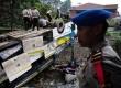 Petugas memeriksa Bus Giri Indah yang mengalami kecelakaan di Desa Tugu, Cisarua, Bogor, Jabar, Rabu (21/8). (Republika/Edwin Dwi Putranto)