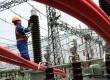 Petugas memeriksa jaringan listrik di Gardu Induk Tangerang Baru, Banten, Kamis (9/2). (Republika/Wihdan Hidayat)