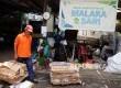 Petugas memilah sampah di Bank Sampah RW. 03 Malaka Sari, Jakarta Timur, Rabu (10/8). (Republika/ Yasin Habibi)