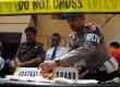 Petugas mengidentifikasi barang bukti saat pemusnahan barang bukti narkoba di Markas Polres Metro Jakarta Barat, Senin (3/9).  (Agung Fatma Putra)