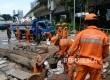 Petugas Pelayanan Prasarana dan Sarana Umum (PPSU) bersama petugas Sudin Tata Air membersihkan saluran air di Jalan Sudirman, Jakarta, Ahad (27/11).