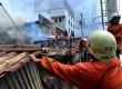 Petugas Pemadam kebakaran dibantu warga berusaha memadamkan rumah yang terbakar di Jalan Salemba, Senen, Jakarta Pusat, Selasa (12/3).   (Republika/ Agung Supriyanto)