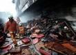 Petugas pemadam kebakaran memadamkan api di gedung bekas Bioskop Liberty yang terbakar di Tambora, Jakarta Barat,Selasa (6/8).  (Republika/Prayogi)