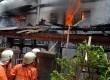 Petugas pemadam kebakaran memadamkan api yang membakar satu rumah warga di Petamburan RT 06 RW 06, Tanah Abang, Jakarta Pusat, Kamis (11/10). (Agung Fatma Putra)