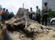 Petugas polisi dibantu petugas Dinas Pertamanan dan Permakaman Provinsi DKI Jakarta mengevakuasi pohon besar jenis akasia yang tumbang di Jalan Jenderal Sudirman, Jakarta, Senin (1/2).  (Republika/Yasin Habibi)
