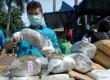 Petugas Satuan Narkoba Polres Metro Jakarta Selatan menunjukan barang bukti narkotika jenis ganja di halaman Polres Metro Jakarta Selatan, Jumat (15/2).   (Republika/Agung Fatma Putra)