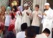 Pimpinan Majelis Dzikir Az-Zikra, Ustaz Arifin Ilham bimbing enam mualaf di Masjid Agung Al Markaz, Makassar, Sulawesi Selatan.
