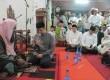 pimpinan pesantren daarul quran internasional ustaz yusuf mansur tengah menghafalkan surat al mulk