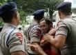 Polisi mengamankan pengunjukrasa di depan Gedung KPK, Jakarta, Kamis (7/2).  (Republika/Yasin Habibi)