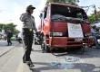 Polisi mengamankan sebuah mobil tangki yang dirusak sejumlah mahasiswa saat berunjuk rasa menentang kenaikan BBM di depan kampus Universitas Muhammadiyah (Unismuh) di Makassar, Sulsel, Rabu (24/4).  (Antara/Yusran Uccang)