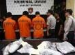 Polisi menggelar tiga orang tersangka kasus penusukan Kemang beserta barang bukti kasus pengeroyokan dan penusukan di Polda Metro Jaya, Jakarta, Senin (19/11).  (Adhi Wicaksono)