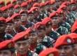 Prajurit Kopassus TNI AD bersiap menerima pengarahan usai upacara penyematan brevet komando kepada KSAD Jenderal TNI Mulyono dari Kopassus di Makopassus, Cijantung, Jakarta, Jumat (24/9).