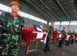 Prajurit TNI AU berdiri disamping peti jenazah prajurit TNI yang menjadi korban jatuhnya pesawat Hercules C-130 saat proses pengembalian jenazah korban di Lanud Soewondo Medan, Sumatera Utara, Rabu (1/7). (Antara//Septianda Perdana)