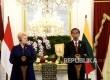 Presiden Joko Widodo (kanan) bersama Presiden Republik Lithuania Dalia Grybauskaite memberikan keterangan pers bersama usai pertemuan bilateral di Istana Merdeka, Jakarta, Rabu (17/5).