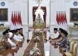 Presiden Joko Widodo (ketiga kanan) didampingi Menkopolhukam Wiranto (ketiga kanan), Menteri Agama Lukman Hakim Saifuddin (kedua kanan) dan Mensesneg Pratikno (kanan) menerima pimpinan Gerakan Nasional Pengawal Fatwa Majelis Ulama Indonesia (GNPF-MUI) di Istana Merdeka, Jakarta, Minggu (25/6).