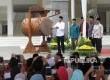 Presiden Joko Widodo (kiri), didampingi KH. Solahuddin Wahid (kedua kiri), Menag Lukman Hakim Syaifuddin (tengah), Plt. Gubernur DKI Jakarta Soni Sumarsono (kanan), dan Ketua DPRD DKI Jakarta Prasetyo Edi Marsudi saat meresmikan Masjid Raya KH Hasyim Asy'ari, Jakarta, Sabtu (15/4).