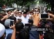 Presiden RI ke-6 Susilo Bambang Yudhoyono berbicara kepada media usai mengunjungi masjid Al-Riyadh di Kwitang, Jakarta, Jumat (10\2).