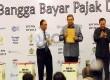 Presiden Susilo Bambang Yudhoyono didampingi Direktur Jendral Pajak Fuad Rahmany (kiri) dan Menteri Keuangan Agus Martowardojo (kanan) berfoto sebelum memasukkan SPT Pajak Penghasilan (PPh) Orang Pribadi tahun 2012 ke dalam