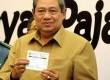 Presiden Susilo Bambang Yudhoyono menunjukan tanda penyerahan Surat Pemberitahunan Tahunan (SPT) PPh wajib pajak orang pribadi Tahun Pajak 2012 di Kementerian Keuangan, Jakarta, Senin (19/3). (Republika/Wihdan Hidayat)