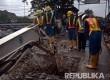PT PAM Lyonnaise Jaya (PALYJA) bersama aparat kepolisian, melakukan operasi pemutusan sambungan air illegal, di Kalijodo, Kelurahan Pejagalan, Jakarta Utara, Senin (29/2).  (foto : MgROL_45)