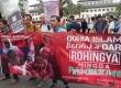 Puluhan massa mengikuti aksi masyarakat peduli Rohingya, di depan Gedung Sate, Kota Bandung, Jumat (8/9).