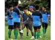 Rahmad Darmawan memimpin latihan timnas di Lapangan C, Senayan, Jakarta Pusat, Senin (18/3) sore.  (Republika/Prayogi)