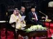 Raja Arab Saudi Salman bin Abdul Aziz al-Saud (kiri) didampingi Ketua DPR RI Setya Novanto (kanan) menyampaikan pidatonya saat melakukan kunjungan di Kompleks Parlemen, Jakarta, Kamis (2/3).