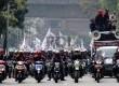 Ratusan buruh melakukan aksi unjuk rasa tuntut kenaikan upah minimum di depan Balaikota Jakarta, Jalan Medan Merdeka Selatan, Jakarta Pusat, Selasa (3/9).    (Republika/Yasin Habibi)