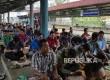 Ratusan jamaah melakukan sholat jumat di plataran stasiun kereta api Kampung Bandan Jakarta, Jumat (22/7). (Republika/Darmawan)