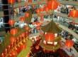 Ratusan lampu lampion dipasang menggantung di salah satu pusat perbelanjaan di Jakarta Barat, Jumat (20/1). (Republika/Wihdan Hidayat)