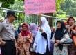 Ratusan Lansia Penghuni Perumahan eks proyek dan Perum Jasa Tirta II, Purwakarta menggelar aksi damai dengan longmarch menuju Kantor PJT II, Selasa (26/5). Mereka menuntut keadilan dan berharap tidak diusir dari tempat tinggal mereka saat ini.